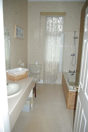 The Station Hotel : The large bathroom