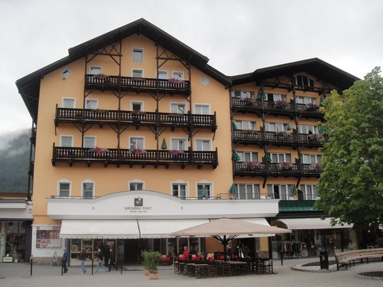 Krumers Post Hotel & Spa: Hotelfront Dorfplatz