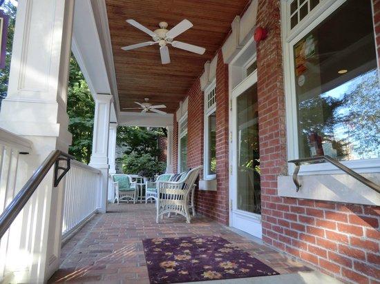 Woodley Park Guest House: The front porch
