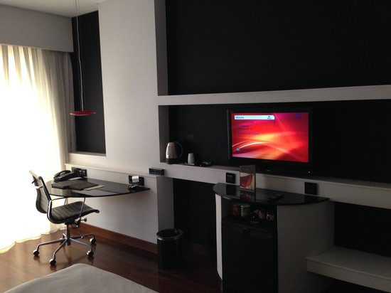Hilton Madrid Airport : TV and desk