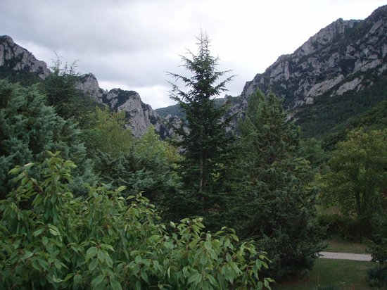 Les Eaux Tranquilles: The view up the gorge from the hotel into the Pyrenees