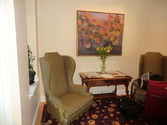 Woodley Park Guest House: Guest chairs in lobby