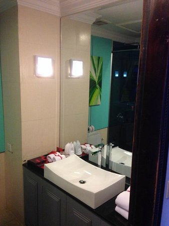 Memoire d' Angkor Boutique Hotel: The tiny but nice bathroom
