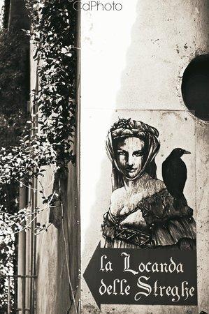 Locanda Delle Streghe : Graffito  visibile dalla strada