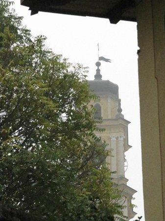 Cacciatori: vista campanile del duomo di ceva fra le nebbie d'autunno
