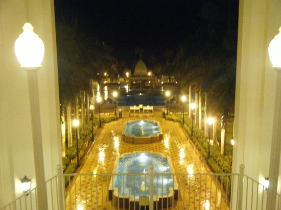 Hotel Riu Palace Aruba: At night towards the pool from reception