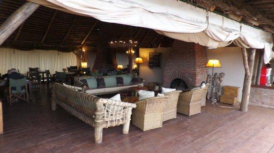 Rhotia Valley Tented Lodge: het restaurant met zitzoek bij openhaard