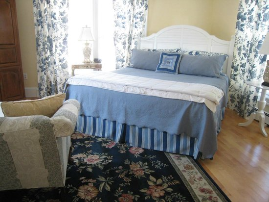 The Victoria Inn: The Hydrangea Suite is spacious and comfortable.