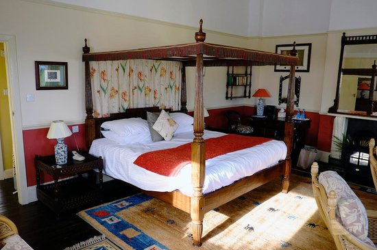 The Orestone Manor: Four Poster Bed and Main Room in Garden Suite