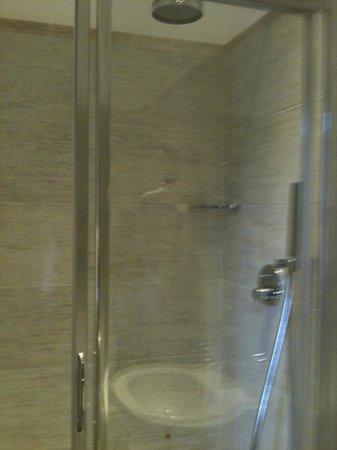 Hotel Firenze e Continentale La Spezia: Partial view of bathroom at Hotel Firenze e Continentale, La Spezia