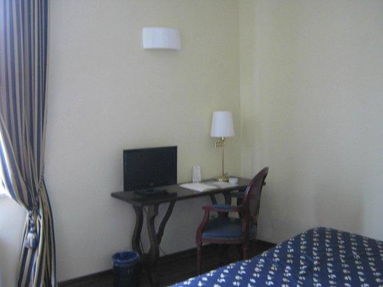 Hotel Firenze e Continentale La Spezia: Partial view of room