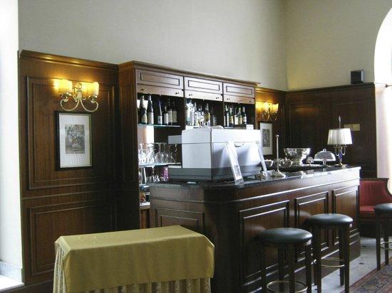 Hotel Firenze e Continentale La Spezia: Bar in lobby of Hotel Firenze e Continentale, La Spezia
