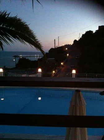 Hotel Sky Beach: Pool mit Blick aufs Meer