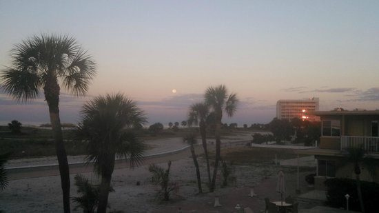 Treasure Island Ocean Club: Morning after the full moon, just as the sun is coming up