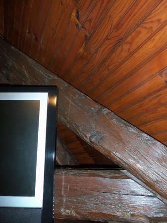 Le Relais Chenonceaux: Flatscreen mounted on wooden beams