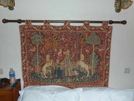 Le Relais Chenonceaux: A real antique tapestry hung over the bed