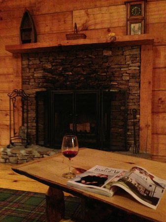 Dancing Bear Lodge: Fireplace in deluxe cabin