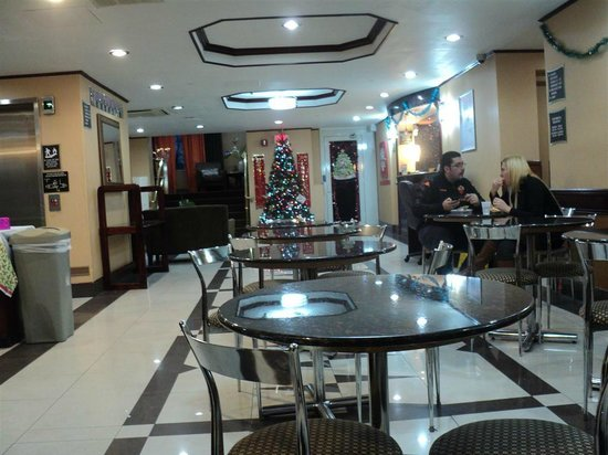 Best Western Long Island City : Vista del salon comedor y recepcion