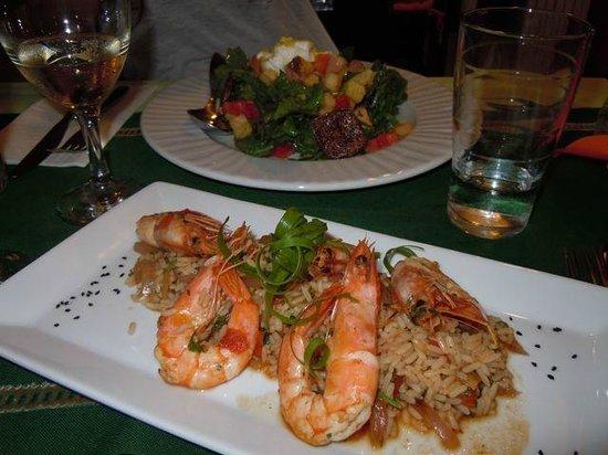 Kerasma Restaurant: Gamberoni all'ouzo e sullo sfondo insalata con fichi secchi