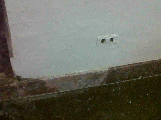 Hotel Delta Florence : muri scrostati e presa luce rotta