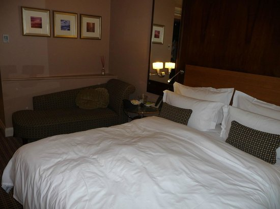 The Club Hotel & Spa : Room - with comfy bed, Prepare to board!!
