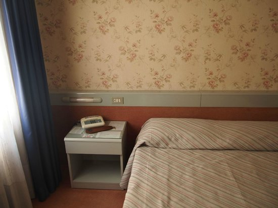 Club Hotel: Bed and old school phone
