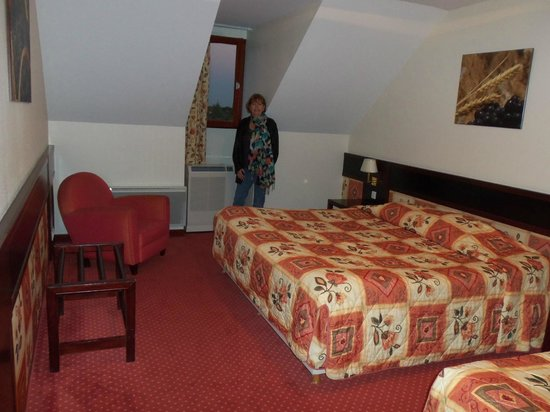 Hostellerie Saint Vincent: spacious bedroom
