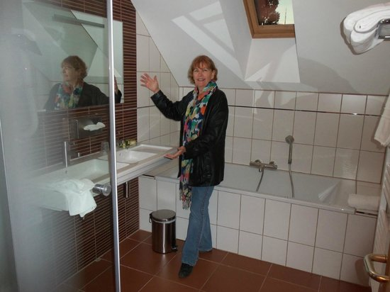 Hostellerie Saint Vincent: Modern bathroom