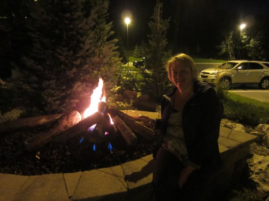 The Cody Hotel: Cooking our s'mores over open fire outside hotel