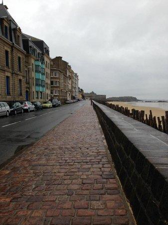 Kyriad Saint Malo Centre - Plage: この道をあるいてサンマロへ