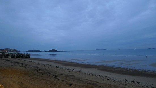 Kyriad Saint Malo Centre - Plage : 夕方の砂浜