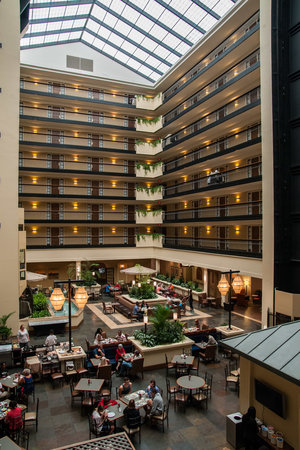 Embassy Suites by Hilton Columbus: Atrium at Breakfast
