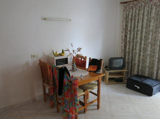 Bella Maria: Room/kitchen area and TV
