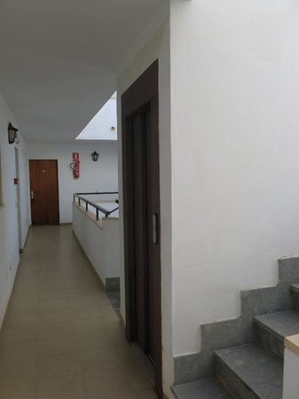 Bella Maria: The corridor and lift with stairs