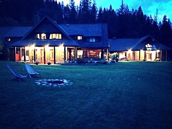Mountain Trek Fitness Retreat & Health Spa: Moutain trek lodge at night