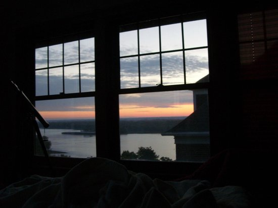 Squirrel's Nest Bed & Breakfast, LLC: The view of the sunrise from bed
