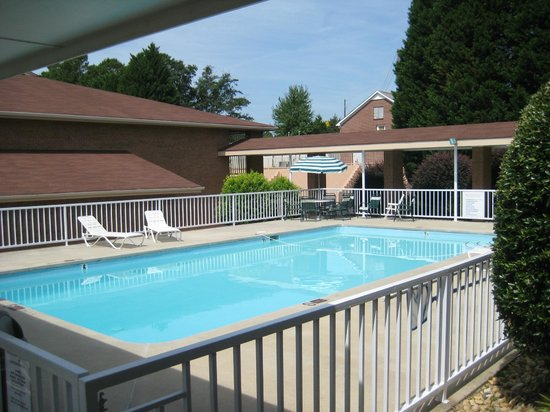 Toccoa Inn and Suites: pool area