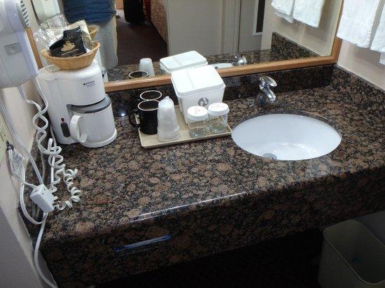 Ramada San Luis Obispo: bathrom sink area