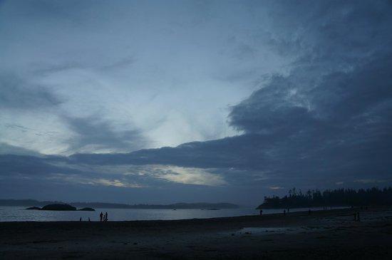 Ocean Village Beach Resort: Evening walk along the beach