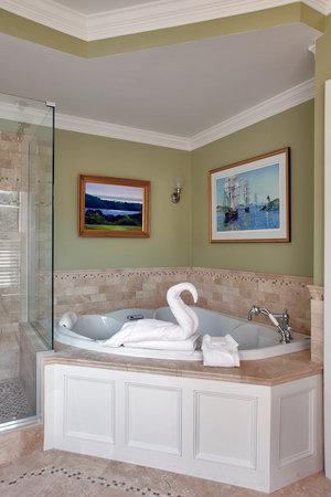 Cliffside Inn: Luxurious bathrooms