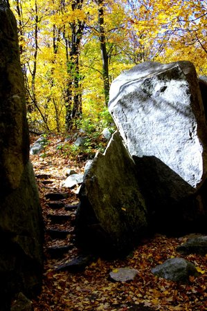 Rib Mountain State Park : the trail passes between the rocks