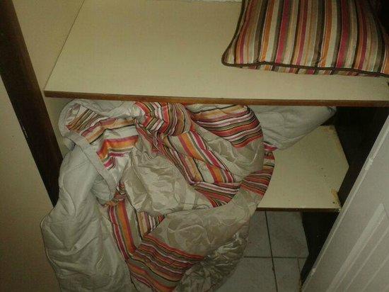 Karibea Camelia Residence: Couette qui dépasse du placard