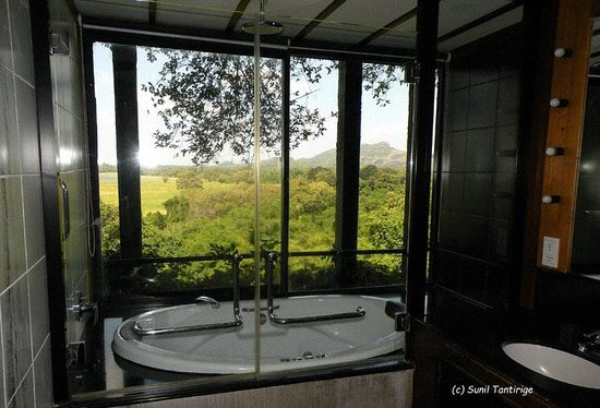 Heritance Kandalama: The washroom with a view!