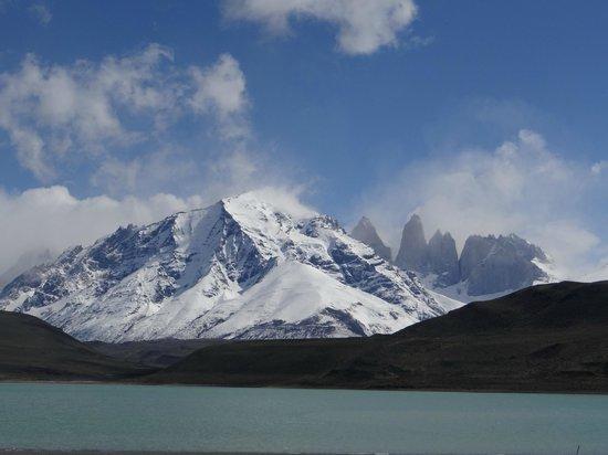 """Hotel Rio Serrano: Vista de las Torres del Paine,en  el Lago Serrano"""""""