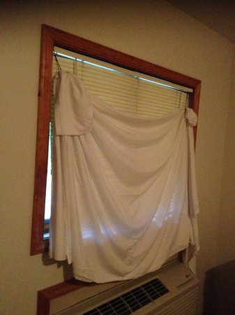 Lakeview Lodge: see through blinds had to be covered with a sheet for privacy
