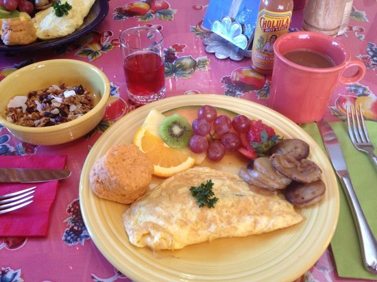 El Paradero Bed and Breakfast Inn: Breakfast is served