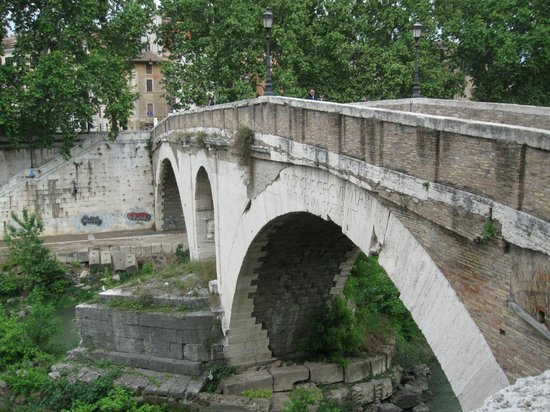 Stuart Harvey - Private Day Tours : Crossing onto Tiber Island