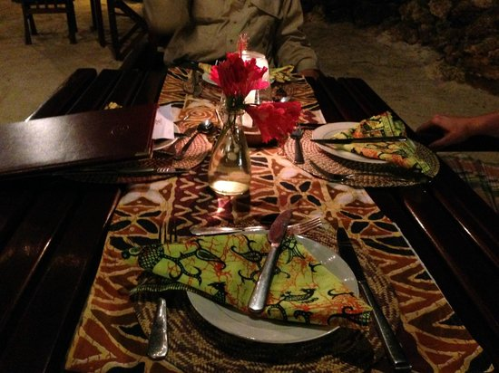 Flame Tree Cottages: Dining by the ocean