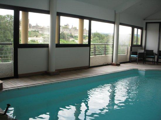 Hotel des Trois Couronnes : 窓からシテが見える屋内プール