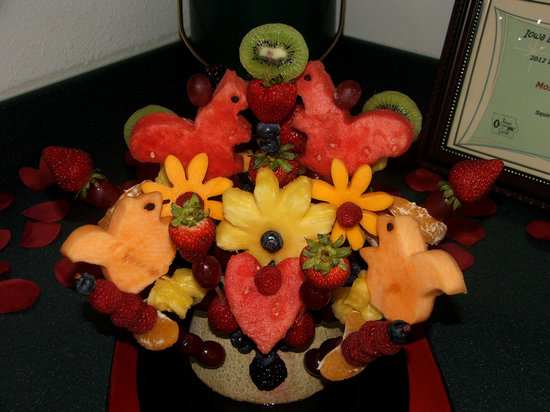 Squirrel's Nest Bed & Breakfast, LLC: Fruit Bouquet